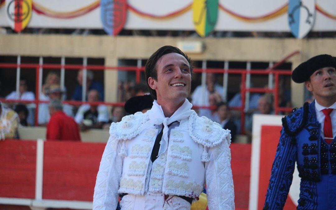 Saint-Gilles (25.08.2019). Tibo Garcia coupe les oreilles de son toro d'alternative et sort en triomphe aux côtés de Sebastian Castella.