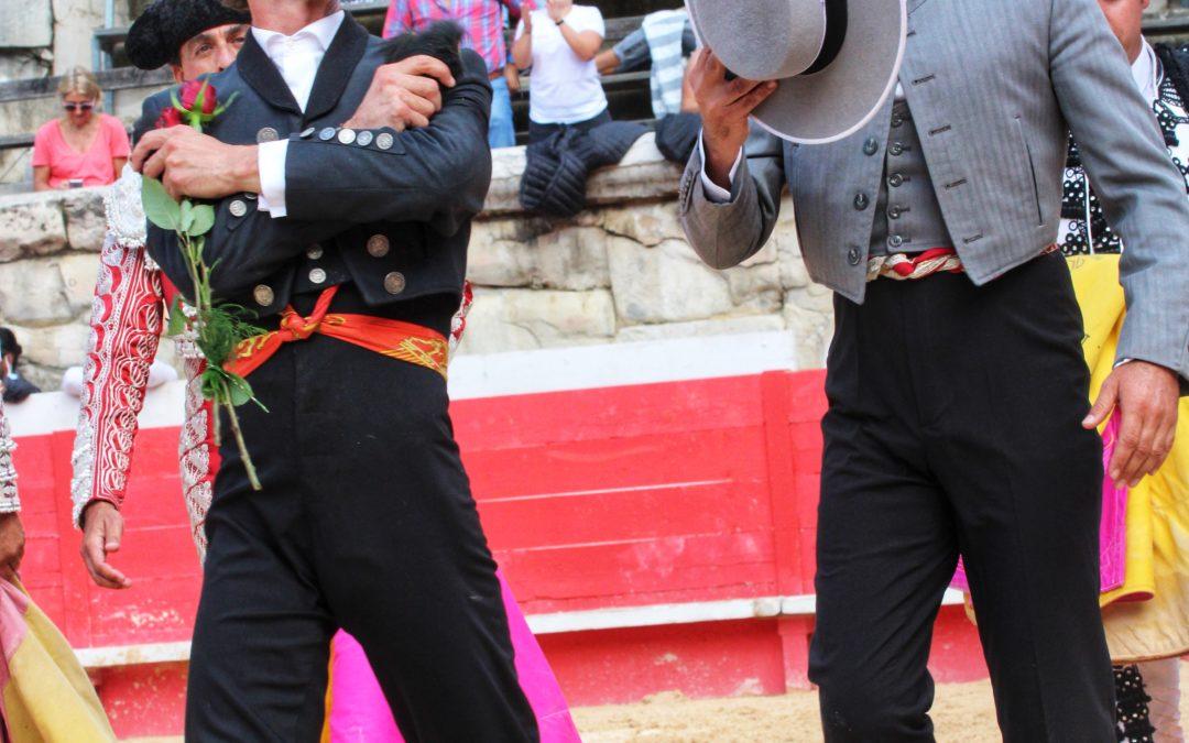 NÎMES (20.09.2020) – LEONARDO HERNANDEZ coupe les deux oreilles d'un Bohorquez de vuelta et sort à hombros par la Porte des Cuadrillas